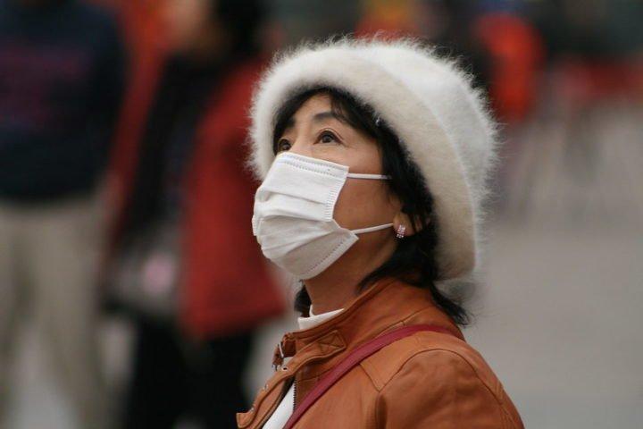Une femme chinoise portant un masque.