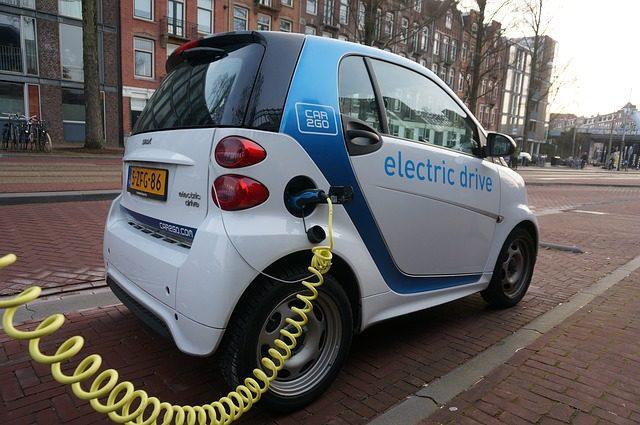 Une voiture électrique en rechargement à Amsterdam.