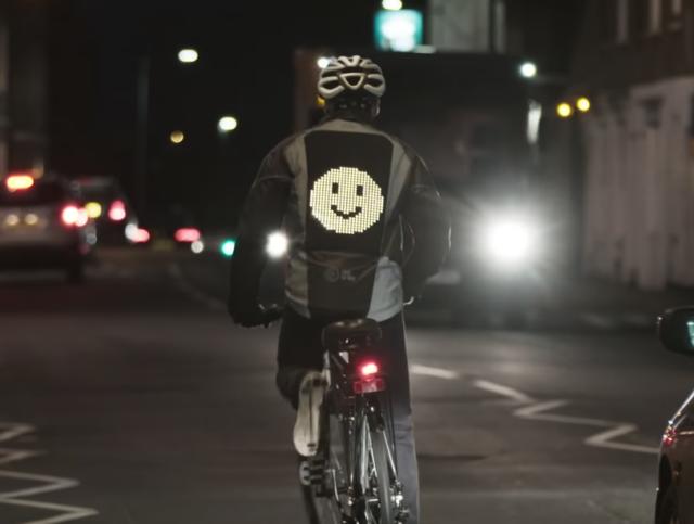 La veste emoji, l'idée lumineuse de Ford  Capture-decran-2020-02-07-a-12-09-27-640x483