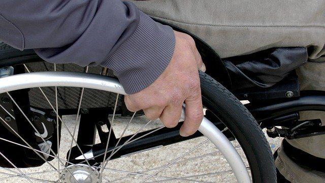 Un fauteuil roulant.