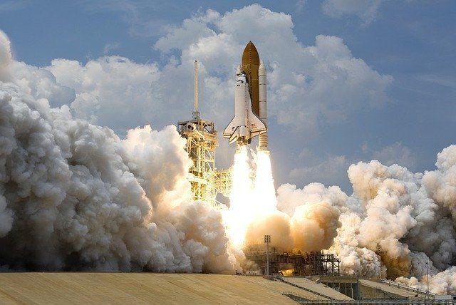 Le lancement d'une fusée par la NASA.