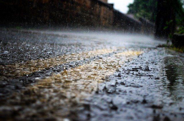De la pluie sur une route.