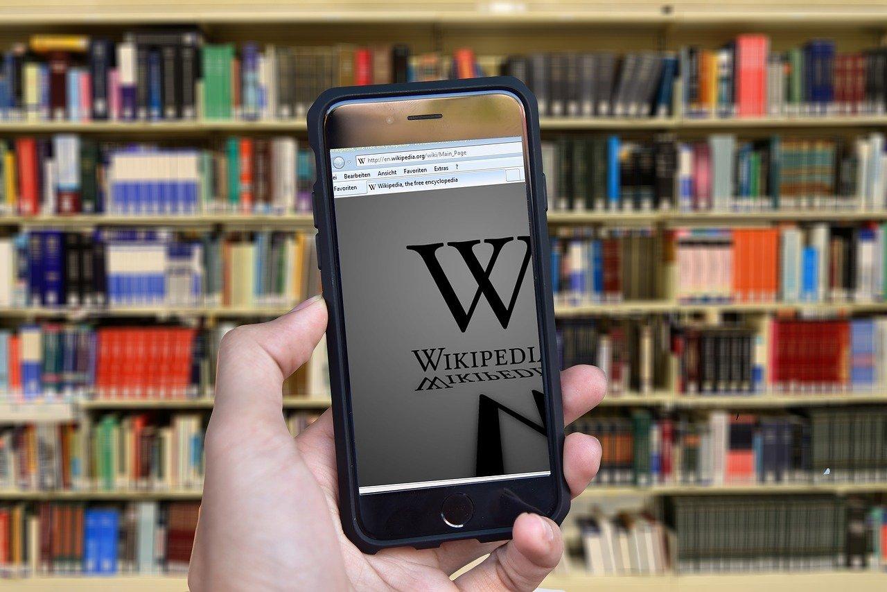 L'intelligence artificielle corrige Wikipedia | Journal du Geek