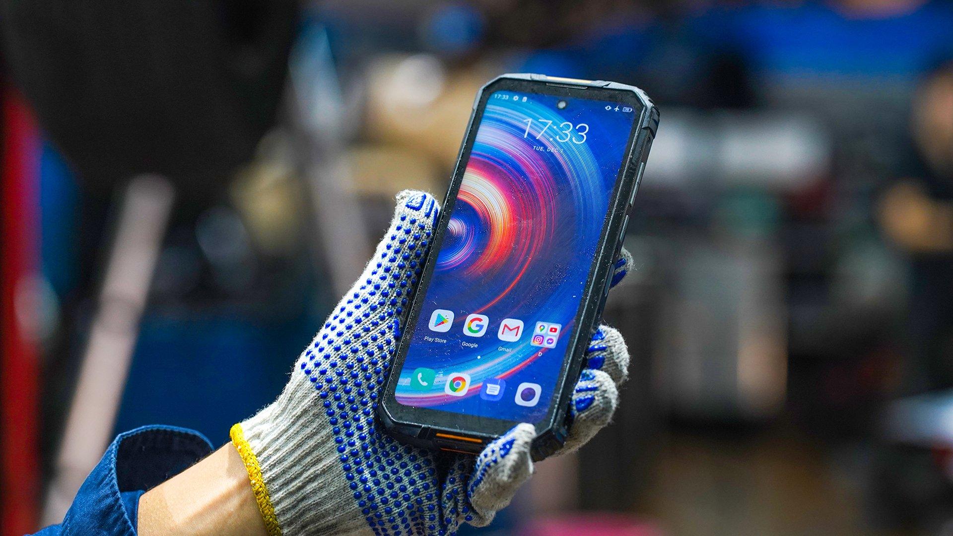 Le Oukitel WP10 5G est un smartphone incassable, parfait pour les bricoleurs ont ceux qui ont un métier à risque.