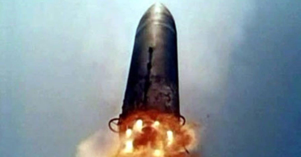 Une partie de la fusée Long March 5B fait plus de 23 tonnes et mesure l'équivalent de dix étages.