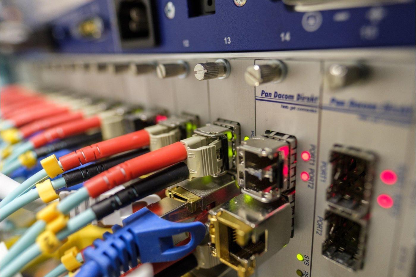 Avec 319 Tb/s, des chercheurs explosent le record de débit par fibre optique